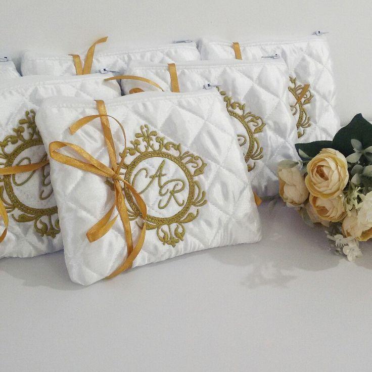 Necessaire branca com bordado do monograma do casamento em dourado, para presentear as madrinhas com luxo e bom gosto.