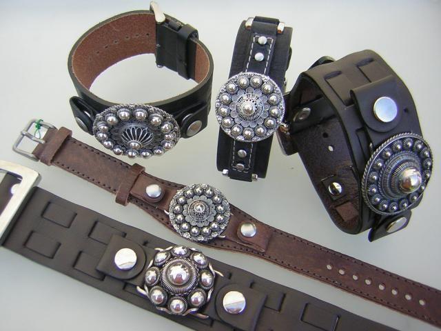"""leren armbanden met zilveren Zeeuwse knop.: We hebben diverse formaten en modellen leren armbanden met Zeeuwse knopen opgemonteerd. Er zijn twee modellen, de bolle en de platte knop. De platte wordt ook wel """"Goese knop"""" genoemd.Vanaf € 99,=. afhankelijk van het formaat knop."""