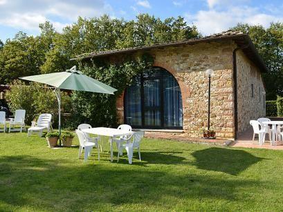 Casa Montodeli  Casa Montodeli ligt op een rustige positie in de buurt van Mercatale Val di Pesa(1.5 km) en maakte oorspronkelijk deel uit van een klein dorp langs de oude weg die het klooster Badia a Passignano en Vallombrosa verbond. Het ligt bij een bedrijf waar ook het huis van de eigenaar is het is omringd door wijn- en olijfboomgaarden en geniet van een schitterend uitzicht op het omliggende platteland. Het huis is smaakvol ingericht in de Toscaans landelijke stijl met een keuken die…