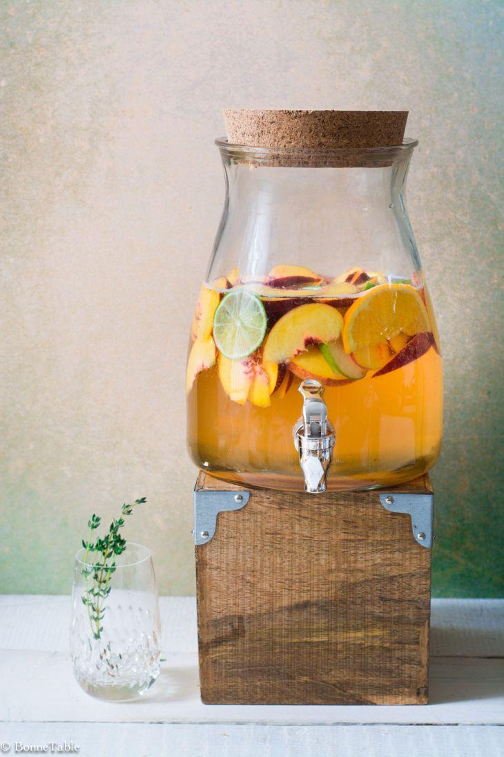 Les 3 recettes ultimes pour une sangria blanche, rouge ou rosée...  Stand de breuvages : deux sangria et une limonade  *congeler plein de fruits d'avance et trancher des citrons, limes, oranges d'avance