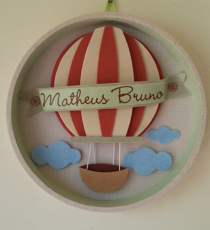 Enfeite para porta de maternidade, personalizado com nome. As mamães podem escolher as cores predominantes no tecido do fundo do nicho e também as cores do balão.  Tamanho: 30cm de diâmetro, 4 de profundidade.  Versão para meninos e para meninas.