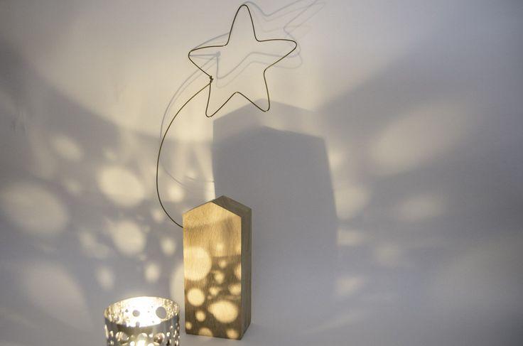 Sculpture décorative de Noël, maison en hêtre clair et étoile du berger