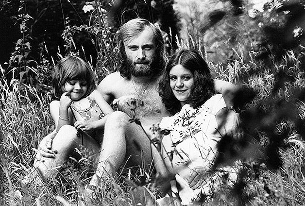 2nd August 1976: Phil Collins, drummer and singer who plays with progressive rock bands Genesis and Brand X, sits in the garden of his Epsom home with his wife Andy and 4-year-old daughter Joly. Photo: Evening Standard, Getty Images / Getty Images 2011