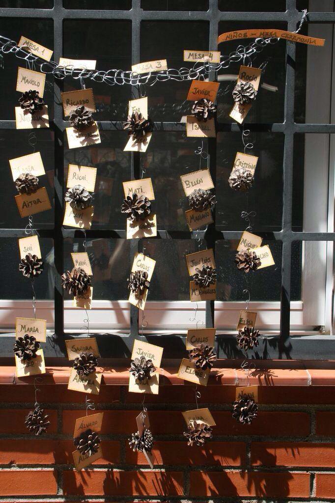 El sitting de mesas lo hicimos engarzando tiras de piñas (una por mesa) con alambre y colocando sobré y bajo cada piña una tarjetita con el nombre de cada invitado