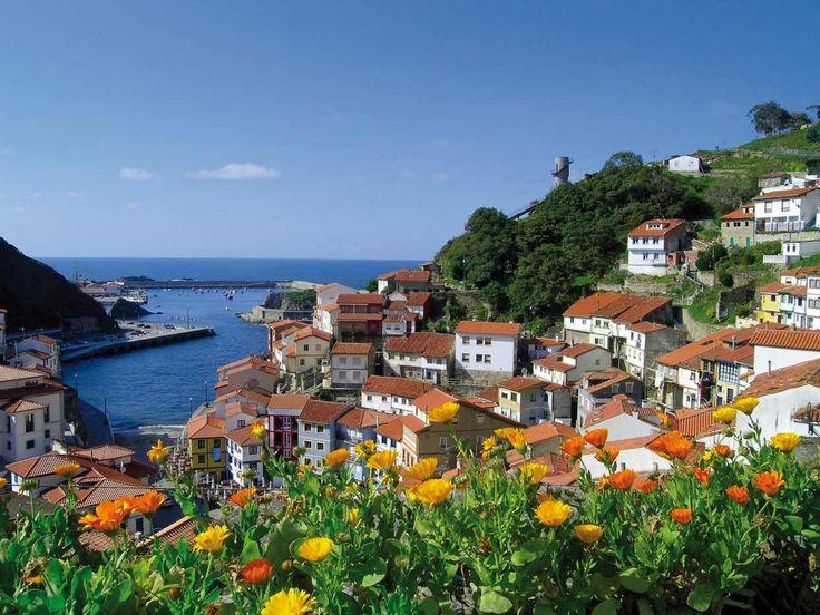 Cudillero un precioso pueblo de pescadores en lot alto de una montaña. Asturias