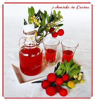 2 Amiche in Cucina: Liquore di Corbezzoli 370 ml di alcool 370 gr di corbezzoli 400 gr di zucchero 400 ml di acqua un pezzettino di stecca di cannella (circa 4 cm)
