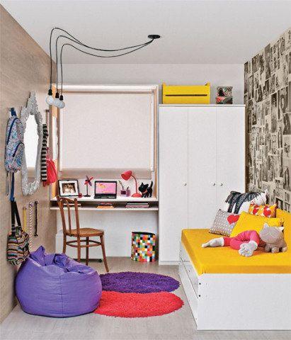 """Os móveis predominantemente brancos e o laminado acinzentado (que remete à madeira clarinha) – presente no piso e em uma das paredes – abrem caminho para os detalhes multicoloridos. O mais legal é que, ao trocar a roupa de cama e os objetos decorativos, ganha-se um ar masculino. """"É só substituir o roxo e o rosa por verde e azul, por exemplo. Os meninos vão adorar!"""", sugere Tatiana."""
