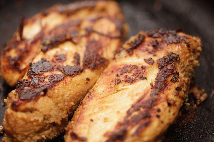 Préparer du poulet désossé et sans peau est une bonne idée pour un dîner rapide en semaine. La viande de poulet se marie bien avec toutes sortes d'aromates ; sans la peau, il n'est pas très gras. Choisissez un morceau parmi le filet qui est...
