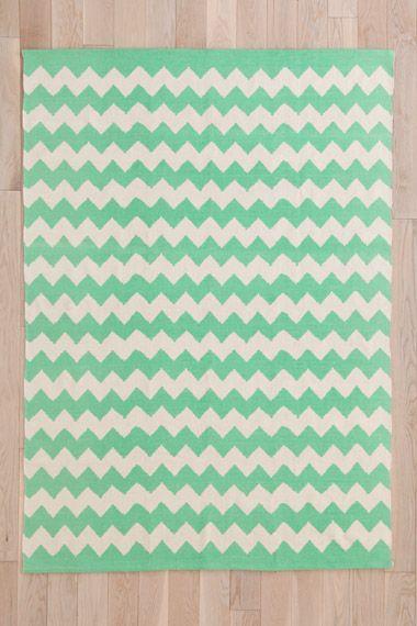 Mintgrüner Teppich mit Zickzackmuster, 5 x 7 Fuß bei Urban Outfitters