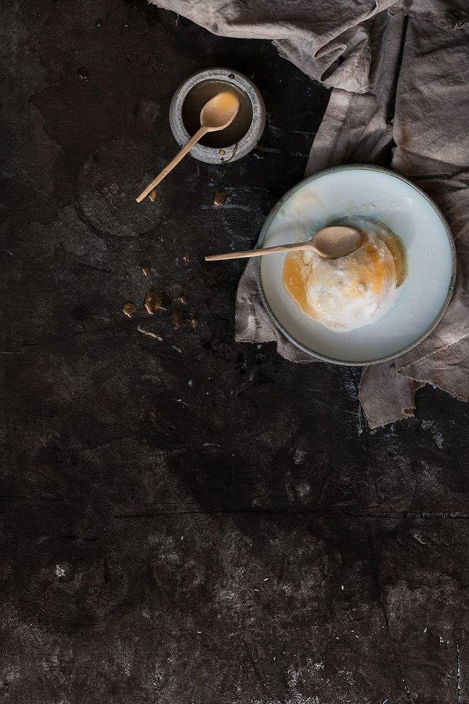 Sorvete de leite de coco com syrup de lima e mel  serve 4  Sorvete •400ml de leite de coco •80g de açúcar em pó •1 colher de chá de extrato de baunilha •2 limas, raspa •2 claras de ovo médio