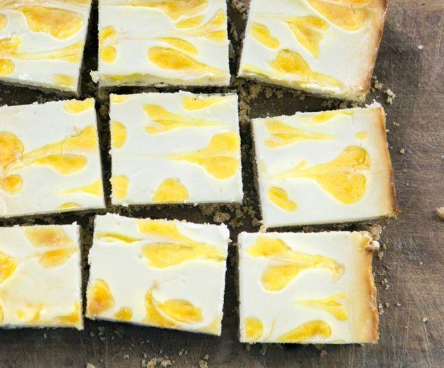 Se state cercando un'altra scusa per fare il lemon curd del post di settimana scorsa, le vostre fatiche sono finite con queste bellissime e fragranti barrette al cheesecake e limone! Barrette al chees
