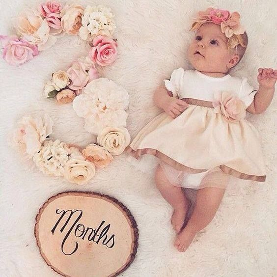 We are in love with this floral wonderland. A picture perfect way to capture baby's monthly pictures via Fancy Free Finery.