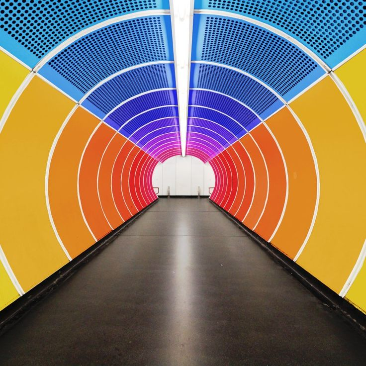 Auch ein U-Bahn-Gang wie hier in Wien sieht bunt gleich viel freundlicher aus.
