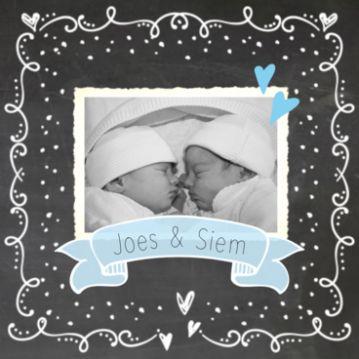 Krijtbord geboortekaart tweeling jongen. #geboortekaartje #geboortekaartjes #geboortekaarten #tweeling #twins #jongens #jongetjes #zoontjes #babyboys #baby #zwanger #foto #fotokadertje #sierlijk #vaandel #hartjes #stipjes
