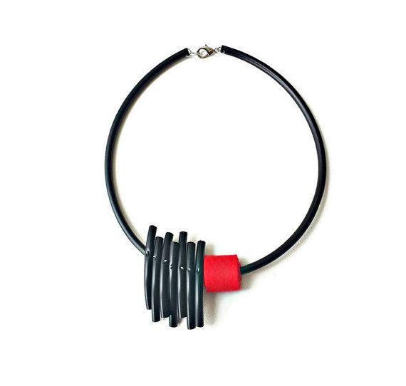 Collar rojo declaración collar de goma pvc negro por PevalekArt