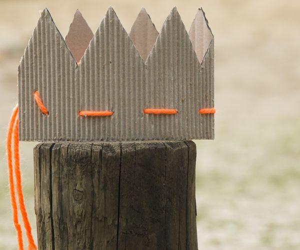 Deze kartonnen kroon is makkelijk te maken van kosteloos materiaal, is super stoer en kan tegen een stootje. Zo word je kind een koning(in)!