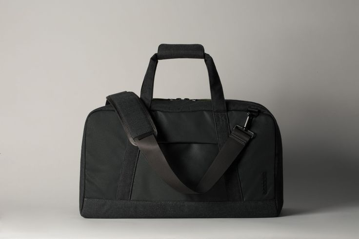 Incase EO Travel Duffel. Extra large main compartment allows for flexible storage.