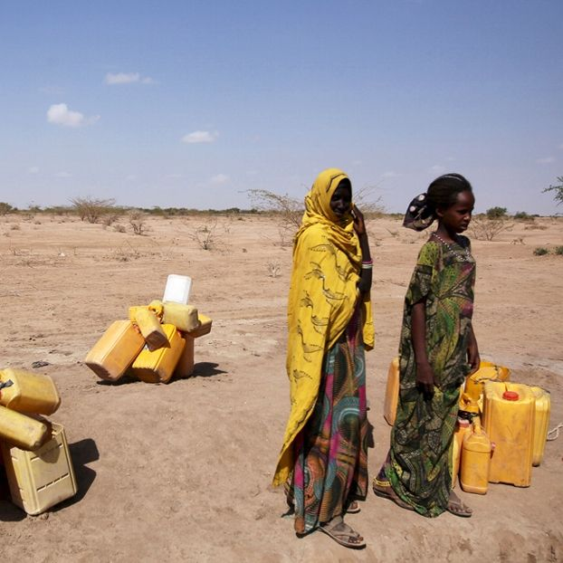 Donne in attesa di raccogliere l'acqua nella Regione dei somali, in Etiopia, fortemente colpita dalla siccità
