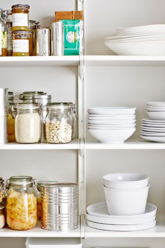 IKEA Österreich, ALGOT Regal bestehend aus ALGOT Konsole in Weiß, ALGOT Regalböden in Weiß, ALGOT Wandschienen in Weiß, u. a. gefüllt mit KORKEN Dosen mit De...