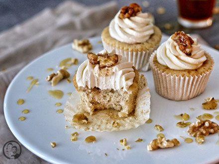 Maple-Walnut Cupcakes Nuss Cupcakes mit Mascarpone Topping und karamellisierten Mandeln