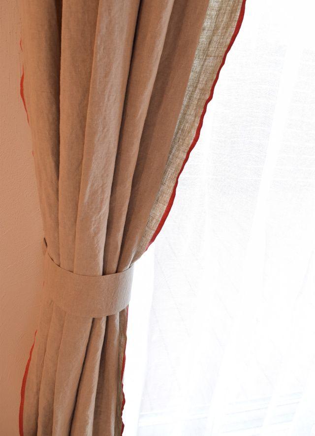 【リノルージュ グレー】フラット プレーンカーテン W126×H150~ ¥11,000~ ちょっぴり男前のリノルージュ。 生地の両端の耳が赤いのが特徴。赤耳をそのまま見せる縫製をしています。ハリと厚みのあるリネン生地です。 手触りも少しゴツゴツ、シワシワのわがままリネン。 #リネンカーテン