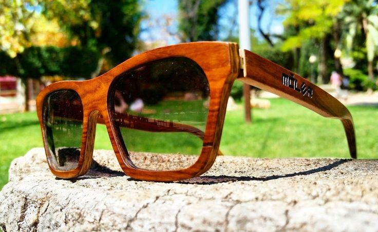 #Gafasdemadera de palisandro natural. #Modelo Sahara con #lentes degradadas verdes.  #Rosewood #handmade in Spain #woodglasses. Sahara model with green degraded #lenses.   www.moler.es  #woodeyewear #woodenglasses #handcraft #handcrafted #woodwork #woodworking #madeInSpain #moda #modaespañola