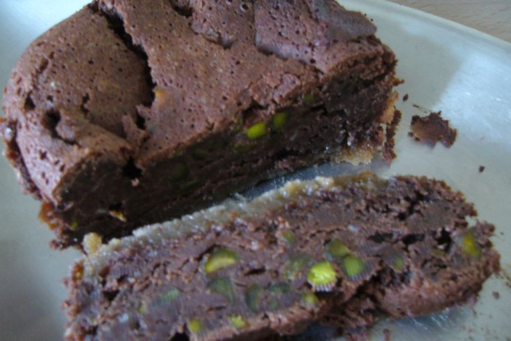 Ma propostion pour le concours d'une autre fan de chocolat ! http://chocolatatout.canalblog.com/ Ingrédients 300 g de Chocolat noir 200 g de beurre (sans ou demi sel) 15 cl lait, 4 oeufs, 1 pincée de sel, 1/2 tasse de sucre, 1 sachet (120 g pistaches)...