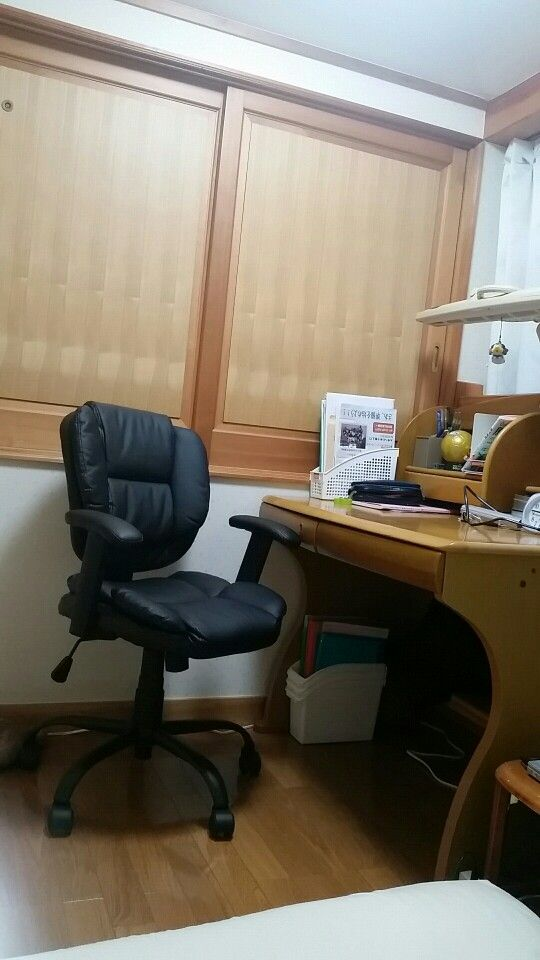 <P>マイデスク。椅子はニトリのもの。柔らかなシートがが絶妙な座り心地。