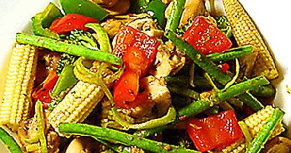 Krispiga grönsaker i en härlig woksås är ett helt middagsmål eller tillbehör till kött, fisk eller kyckling. Bäst wokar man i en wokpanna, men en vanlig stekpanna, gärna med lite högre kant, går också bra.