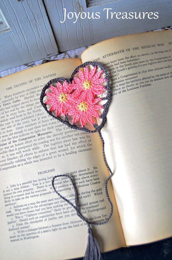 Handgefertigte Lesezeichen gehäkelt rosa Gänseblümchen