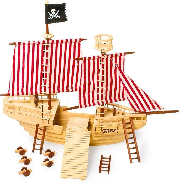 Alles klar zum Entern! Das große und massive Holzpiratenschiff inklusive sechs Figuren, Kanonen und Leitern bietet den ganz großen Spielspaß für junge Piraten. Ob an Deck, auf dem Aussichtsturm oder hinter dem Steuerrad, dieses riesige Piratenschiff macht Lust auf Piratenabenteuer auf hoher See und bietet durch seine enorme Größe ein Maximum an Platz zum Spielen! Alles an Deck und hisst die Segel!  ca. 83 x 49 x 70 cm