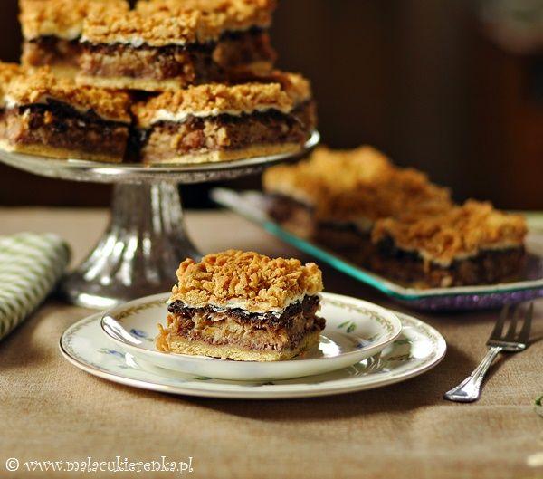 Ciasto na kruchym spodzie z owocami i bakaliami. Górę wieńczy piana z białek i kruszonka. Smaczne, wilgotne ciasto, którego nazwa jest, jak dla mnie, trochę krzywdząca:). Jeśli chodzi o przygotowanie, to nie jest trudne, ale zajmie trochę czasu, na pewno nie należy do szybkich ciast. Przed podaniem możemy posypać cukrem pudrem lub polać czekoladą