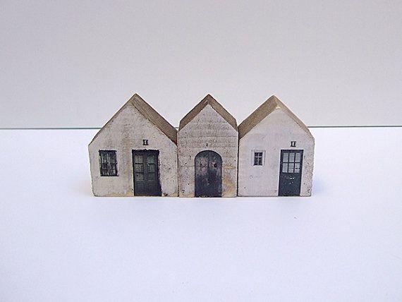 Huizen in recyclagehout.  Hout geverfd, afgedrukt en hand geschilderd.  Elk huis is uniek voor de met de hand, zonder processen mechanische worden gemaakt.  Ideaal voor het decoreren van uw woonkamer of slaapkamer.  Afmetingen: 6 x 6,5 cm x 3 cm vanaf onderkant  5 x 6,5 cm x 3 cm (diepte)  4 x 6,5 cm x 3 cm vanaf onderkant  U kunt wel een aangepaste volgorde, met verschillende beelden en maten.