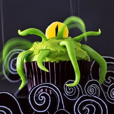 This is my hubby's favorite creepcake: tentacle alien!  Green taffy make the tentacles, and a sliced yellow gum drop for a big spooky eye!