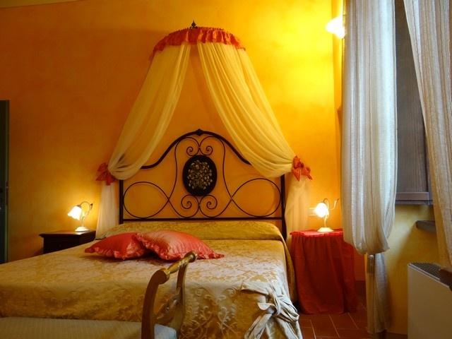 L'agriturismo romantico Taverna di Bibbiano è il luogo ideale per il tuo weekend romantico in Toscana. Nella foto, la Camera Ginestre.. camere e suite di charme e un ristorante romantico con vista panoramica per il vostro weekend romantico in Toscana più indimenticabile