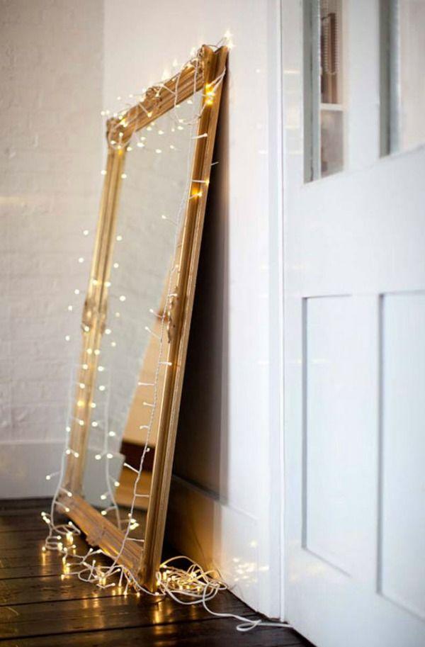 Kerstlampjes maken alles tien keer zo gezellig. En je hoeft ze echt niet alleen voor de kerstboom te gebruiken.. zo'n mooi versierde spiegel is een feestelijke binnenkomer!