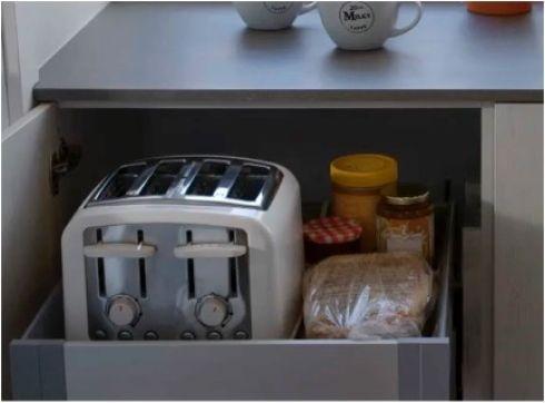 Tiroir a dejeuner. Êtes-vous excédé par les miettes de pain sur le comptoir? Cette astuce est pour vous! Ce tiroir avec roulement à bille range d'abord et avant tout le grille-pain (pour aménager ce type de tiroir, il faut prévoir un fil électrique assez long, ainsi qu'une prise à l'intérieur de l'armoire). À cela s'ajoute tout ce dont vous avez besoin