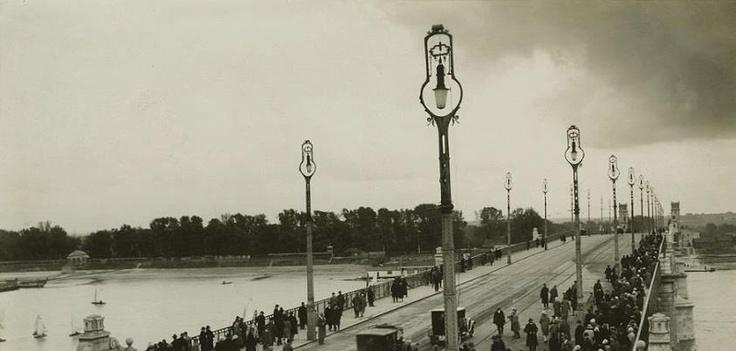Zdjęcie Jana Malarskiego 1927 roku, a na nim Most Poniatowskiego. Jak widać, nie pierwszy zresztą raz, przepisy ruchu drogowego musiały być wtedy mocno niedoprecyzowane.