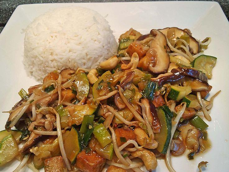 Zucchini und Shiitake-Pilze in Knoblauch-Sojasauce mit gebratenem Tofu und Basmatireis, ein raffiniertes Rezept aus der Kategorie Wok. Bewertungen: 9. Durchschnitt: Ø 4,1.