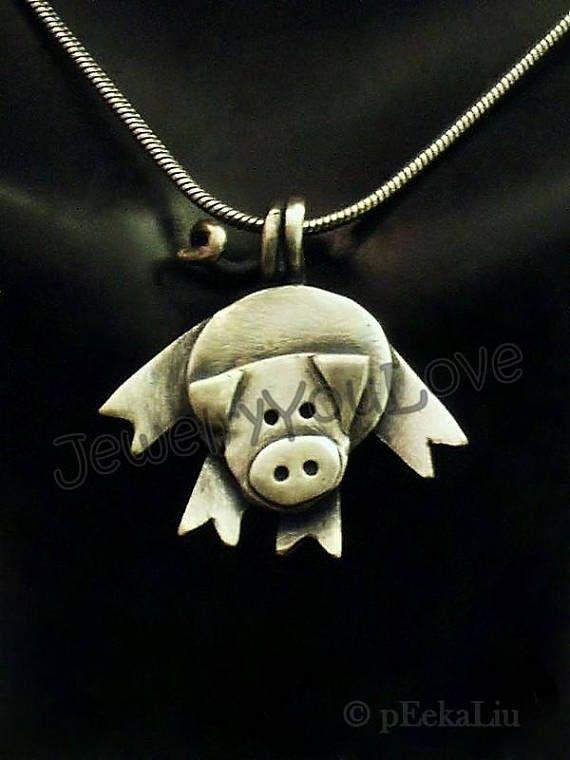 Pétunia le cochon acrobatique Ce collier est fait d'argent sterling. 925. Elle a été oxydée pour faire ressortir les détails. J'ai à la main fabriqué ce pendentif de concevoir, découpe, soudure, de finition. Comme la nature de la main fait des bijoux, aucuns deux pièces ne sont