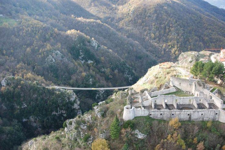Ponte Tibetano a Laviano - Immerso nella riserva naturale tra i Monti Eremita/Marzano è sospeso a c.ca 80 mt. dal suolo. Collega il suggestivo Castello Normanno con l'altra estremità del monte.