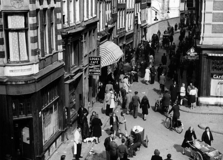 Amsterdam - Nieuwmarkt hoek Zeedijk - Zwarte markt 1946 - Fotograaf Dirk de Herder