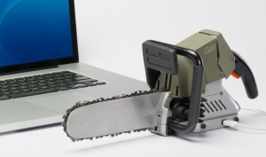 """Eine USB-Kettensäge! Dieses USB Gadget würden wir gern in unserem USB Gadget Shop anbieten. Mit Sicherheit hätte die Kettensäge die allergrößten chancen auf den Titel """"USB Gimmick of the Year"""". Allerdings ist sie leider nicht erhältlich, da es sich hierbei um eine Art Werbegag handelt, mit ernstem Hintergrund. Die Kettensäge soll uns daran erinnern, vor dem drucken eines Dokuments zu überlegen ob es tatsächlich nötig ist, zum ...mehr dazu auf :  http://www.memtronic.de/memtronic-usb-blog/"""