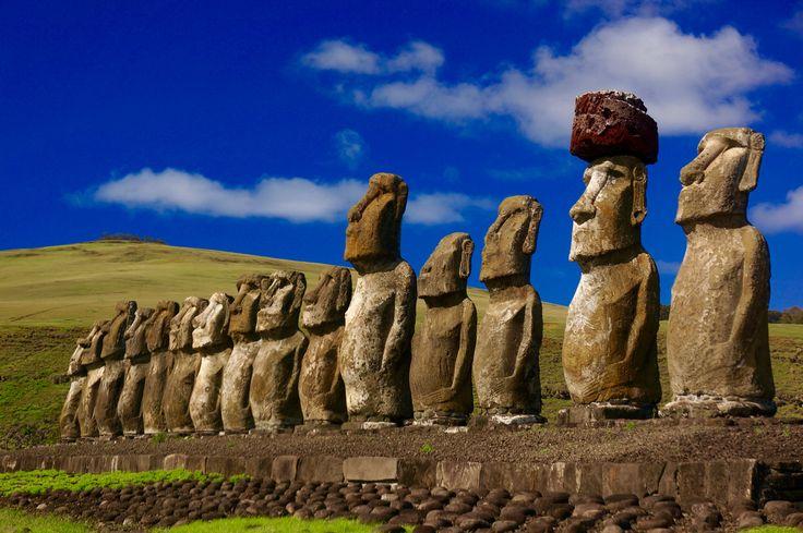 Les Moais de l'Ahu Tongariki, la plus grande plate-forme de pierre de l'île de Pâques / Ahu Tongariki and Moais on Easter island