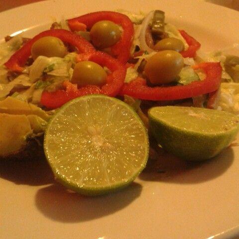 Ensalada de nopales con pimiento, carne de res, aguacate y aceitunas rellenas de queso azul #HealthyFood #ComeSanoViveSano