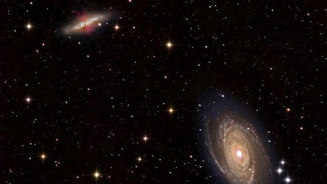 """Una pareja de galaxias cercanas en las que podría estar produciéndose la """"transferencia intergaláctica"""". Crédito: Fred Herrmann. En un estudio que es el primero de su clase, un equipo de astrofísicos de la Universidad Northwestern ha descubierto que, en contra de lo asumido habitualmente, hasta la mitad de la materia de nuestra galaxia la Vía Láctea puede proceder de galaxias lejanas. Como resultado, cada uno de nosotros podría estar en parte formado por materia extragaláctica."""