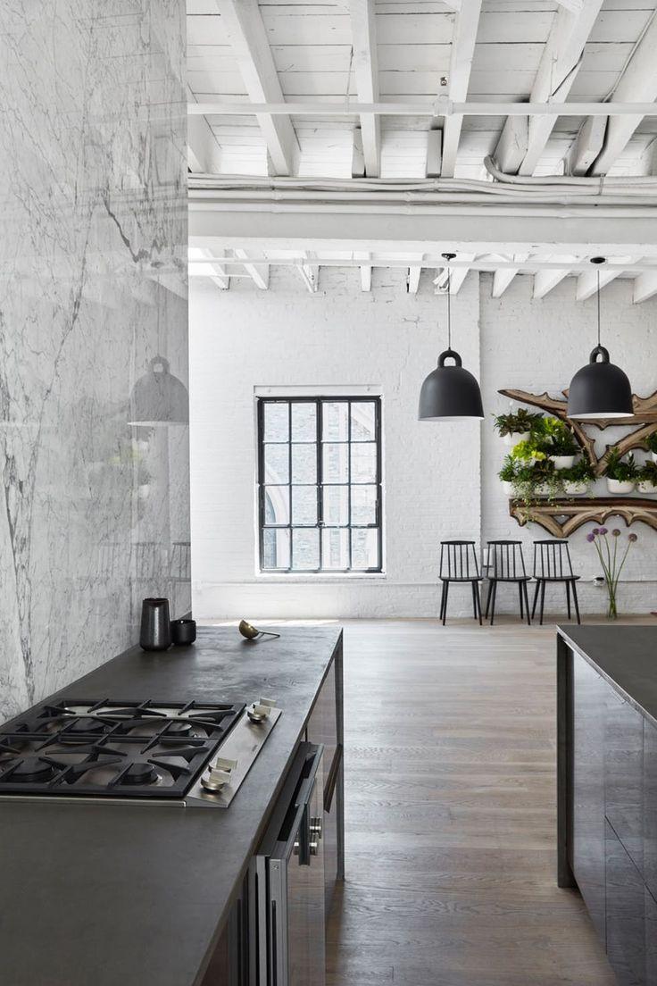 Sort og hvitt kjøkken med sorte lamper