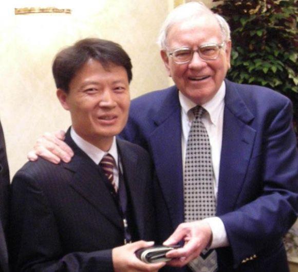1956년 26세의 나이에 정식으로 투자 인생을 시작한 워렌버핏. 자신의 고향 미국 오마하에서 투자자들로부터 10만 5,000달러(약 1억 2,000만원)를 받고, 여기에 자신의 돈 100달러를 보탠 것이 계기가 됐다고 합니다. 그로부터 40년이 지난 1996년, 그는 미 경제 전문지 포브스에 의해 처음으로 세계의 부호 1위에 선정됐고, 이후 지속적으로 이 조사에서 톱 클래스를 유지하고 있는데요.