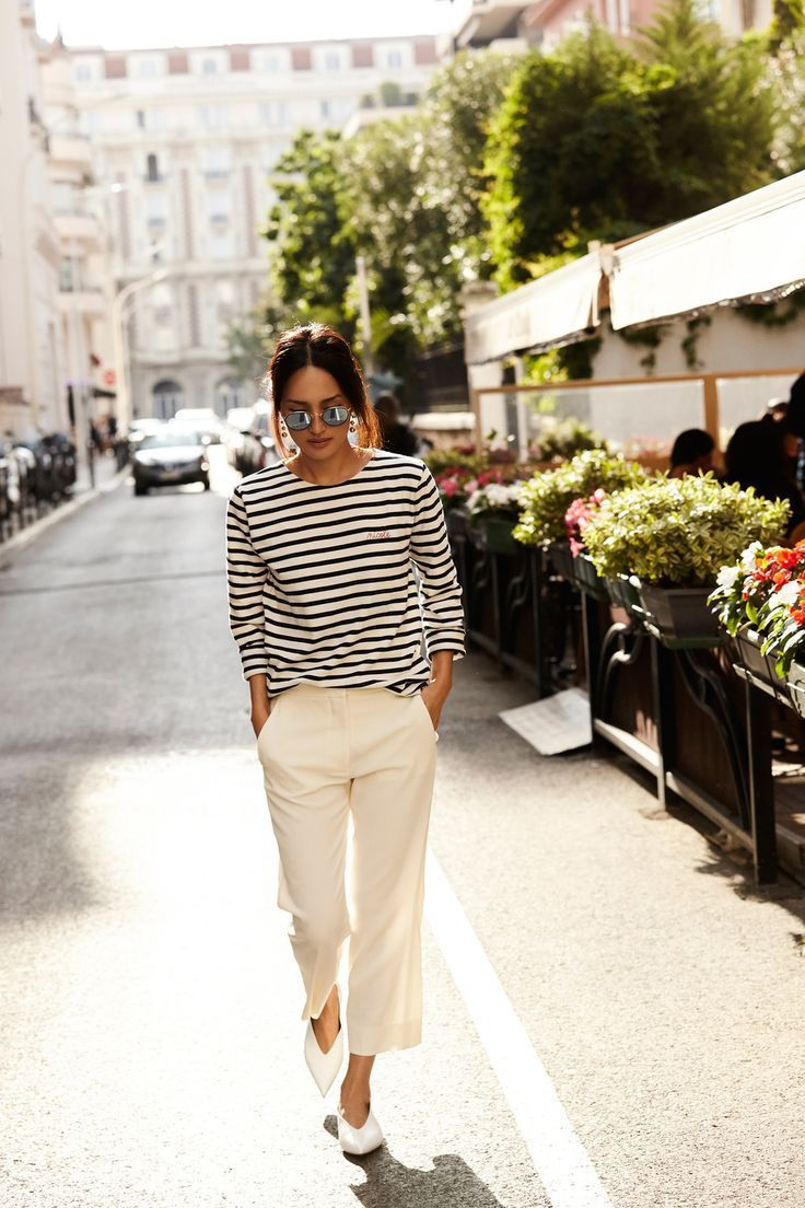 Casual stripe t-shirt and pants | Styling tips, how to style white trousers, street style