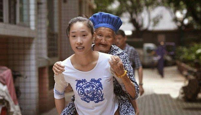 Sungguh perhatian yang mulia dari seorang cucu kepada neneknya, dan ia saat ini selalu menemani dan membawa neneknya kemana pun ia pergi, bahkan ke tempat kerja sekali pun. Dan ia juga tidak lelah untuk menggendong neneknya yang sudah rapuh saat berjalan. Sungguh gadis yang luar biasa.